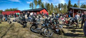 Mopeder och blå himmel